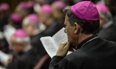 Bispo presta atenção em discurso do Papa Francisco, no Sínodo sobre a Família, em 2014 Foto: ANDREAS SOLARO / AFP