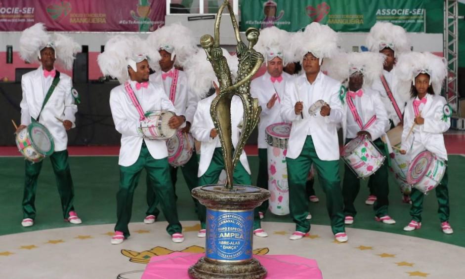 Ritmistas da Mangueira comemoram campeonato na quadra da escola no dia seguinte ao campeonato Foto: Fabiano Rocha / Agência O Globo