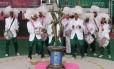 Ritmistas da Mangueira comemoram campeonato na quadra da escola no dia seguinte ao campeonato