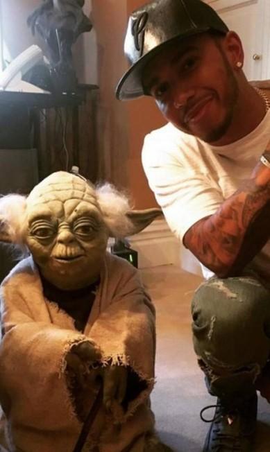 """O piloto com Yoda, de """"Star wars"""", outro ícone Reprodução/ Instagram"""
