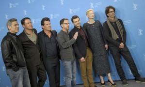 George Clooney, Channing Tatum, Josh Brolin, Ethan Coen, Alden Ehrenreich, Tilda Swinton e Joel Coen posam antes de coletiva de 'Ave, César', em Berlim Foto: STEFANIE LOOS / REUTERS