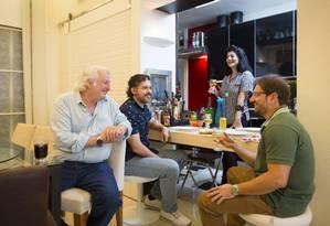 A arquiteta Dorys Daher adora receber amigos em sua casa e apostou em estruturas versáteis, como a cozinha que se abre e vira uma espécie de bar Foto: Leo Martins / Agência O Globo