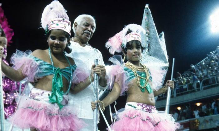 Dorival Caymmi, homenageado pela Manguiera, desfila em 10/02/1986 Foto: Luiz Pinto / Agência O Globo