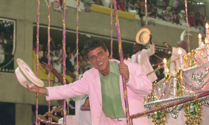 Chico Buarque desfila na Mangueira em 24/02/1998 Foto: Fernando Maia / Agência O Globo
