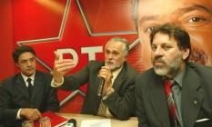 Em 2004, Silvio Pereira ao lado o então presidente do PT, José Genoíno, e de Delúbio Soares, então tesoureiro, durante entrevista coletiva na sede do PT, em Brasilia Foto: Givaldo Barbosa - 13/07/2004