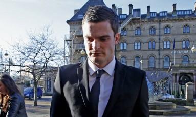 Adam Johnson na chegada ao tribunal de Bradford, na Inglaterra, um dia antes de ser demitido pelo clube onde jogava e de perder contrato com fornecedor de material esportivo Foto: Peter Byrne / AP