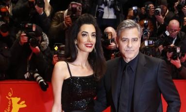 O casal George e Amal Clooney também brilharam diante das câmeras no tapete vermelho Foto: Axel Schmidt / AP