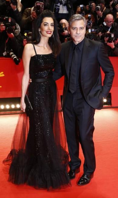 O casal George e Amal Clooney também brilharam diante das câmeras no tapete vermelho Axel Schmidt / AP