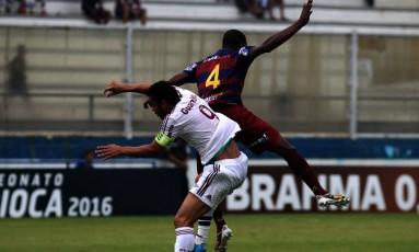 Fred disputa a bola com um zagueiro do Madureira Foto: Divulgação