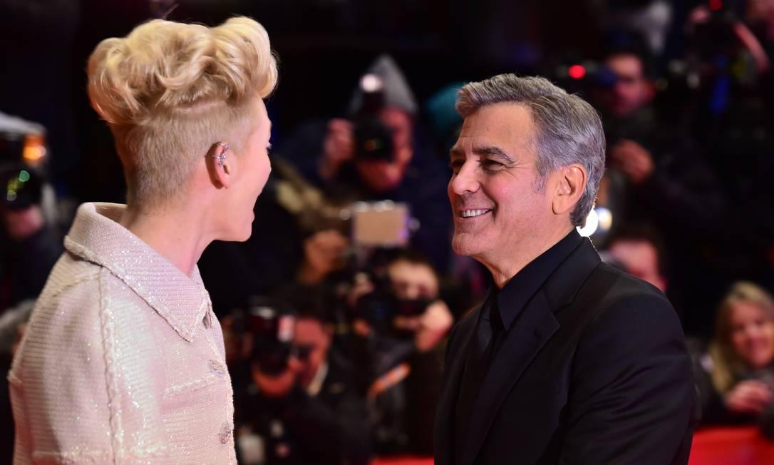 George Clooney e Tilda Swinton: papo em dia no red carpet JOHN MACDOUGALL / AFP