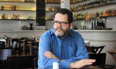 """Ao csd,. Romulo Fróes num bar da Vila Madalena, em São Paulo: """" Foto: Michel Filho / Agência O Globo"""