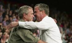 Jeb Bush abraça o irmão em comício de 2006, quando governava a Flórida Foto: Jason Reed / Reuters
