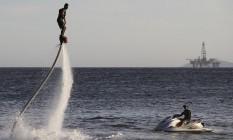 Em dias de mar calmo, é possível 'voar' até 15 metros sobre as águas de Itacoatiara Foto: Divulgação/Bruno Santana