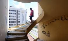 Escadaria do hotel sem corrimão ou anteparos. Defesa Civil de Brasília classificou como grave a situação do Torre Palace Foto: André Coelho / Agência O Globo