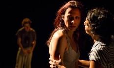 Vivian Sobrinho e Bruna Portella em cena na peça 'Alice mandou um beijo' Foto: Renato Mangolin / Divulgação