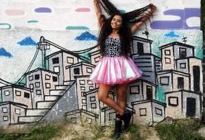 Nathy em sua comunidade: programa de TV tornou conhecida voz que encantava a vizinhança Foto: Divulgação/César Salomão