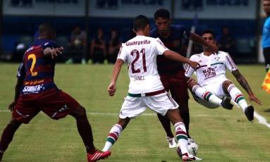 Danielzinho e Giovanni dão o combate em jogador do Madureira Foto: Divulgação