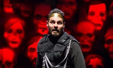 """O ator em cena como Macduff, do espetáculo """"Macbeth"""", que tem apresentações às sextas e aos sábados: """"Muito mais do que apenas duas peças, é uma experiência teatral"""" Foto: Divulgação/João Caldas"""