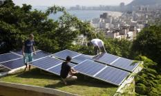 Painéis fotovoltaicos são instalados no telhado de hostel no Morro da Babilônia Foto: Mônica Imbuzeiro