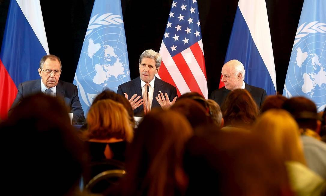 Lavrov, Kerry e o enviado da ONU à Síria, Staffan de Mistura, falam a jornalistas após acordo Foto: MICHAEL DALDER / REUTERS