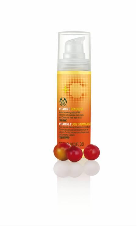 Sérum Revitalizante Vitamina C The Body Shop (http://www.thebodyshop.com.br), R$ 120 o frasco de 30 ml: um gel leve e refrescante, que promove uma pele mais viva, radiante e aveludada. Pode ser usado diariamente pela manhã ou à noite, após a limpeza e hidratação da pele e pescoço ou para preparar o rosto para a maquiagem Foto: David Parfitt / Divulgação