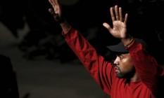 Kanye West acena para o público no evento que organizou para lançar seu disco em Nova York Foto: ANDREW KELLY / REUTERS