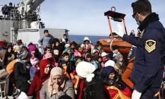 Guarda costeira grega resgata refugiados e imigrantes que tentavam chegar à ilha de Lesbos após deixar a costa turca Foto: GIORGOS MOUTAFIS / REUTERS