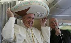 Francisca usa sombreiro que ganhou de jornalista mexicano durante voo de Roma a Havana, antes de visita ao México Foto: Alessandro Di Meo / AP