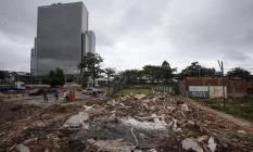 Casas demolidas na Vila Autódromo. Ao fundo, o Parque Olímpico Foto: Alexandre Cassiano / Agência O Globo
