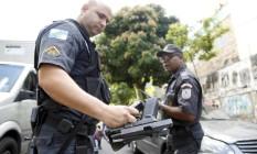 Polícia recupera arma de bandidos que roubaram um carro na Pinheiro Machado. Houve perseguição e duas pessoas ficaram feridas Foto: Gabriel de Paiva / Agência O Globo