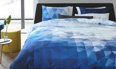 Degradê: roupa de cama em tons de azul da marca holandesa Auping à venda na Collectania (R$ 2.785) Foto: Divulgação