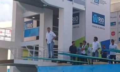 O prefeito Eduardo Paes sobe no trampolim do Parque Aquático Maria Lenk. Na apresentação das obras ele falou sobre a preocupação de atletas e delegações com o vírus da zika Foto: Bernardo Mello / Agência O Globo