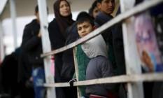 Sírios fazem fila enquanto esperam para entrar na cidade turca de Oncupinar, na fronteira entre os dois países Foto: OSMAN ORSAL / REUTERS