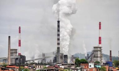 Chaminés da Usiminas em Ipatinga, no Vale do Aço Foto: LEONARDO MORAIS / Agência O Globo/Arquivo