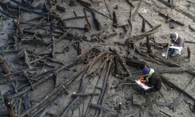 Arqueólogos escavam as bordas de uma das casas da Idade do Bronze na Fazenda Must, em Cambridge Foto: ANDREW TESTA / NYT