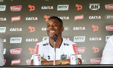Robinho sorri na apresentação no Atlético-MG Foto: Divulgação