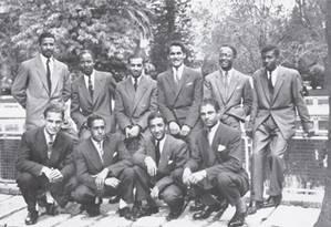 Subversão. Livros editados pela Casa e, no alto, ex-alunos, como o futuro líder de Cabo Verde, Amilcar cabral ( Foto: Divulgação/UCCLA