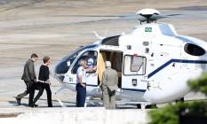 A presidente Dilma Rousseff desembarca na base aérea do aeroporto de Congonhas. Dilma veio a São Paulo para reunião com ex -presidente Lula. O ministro da casa civil Jaques Wagner, estava na comitiva. Foto: Marcos Alves/Agência O Globo