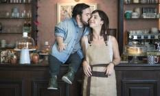 """Gigante Leo e Camila Márdila no set de """"Altas expectativas"""": ele tenta conquistá-la no filme Foto: Leo Martins"""