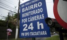 Câmera registra a movimentação na única entrada de Itacoatiara. O pequeno bairro conta com mais do que o dobro de câmeras para a quantidade de ruas Foto: Hermes de Paula