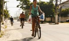 Trecho da ciclofaixa da Avenida Central coberto por terra e com a demarcação apagada Foto: Guilherme Leporace