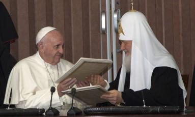 Papa Francisco e patriarca russa trocam documentos durante encontro histórico em Havana Foto: Ismael Francisco / AP