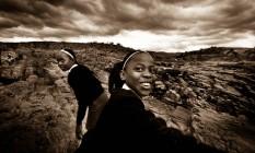 As jovens da África do Sul se viram para trás e descobrem Renato Foto: Divulgação