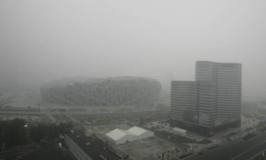 Cortina de fumaça. Panorama da poluição em Pequim, próximo ao Ninho do Pássaro, a um mês das Olimpíadas de 2008 Foto: Greg Baker / AP