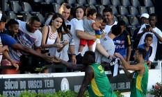 Riascos e Nenê atendem os torcedores após o treino desta sexta-feira, em São Januário Foto: Divulgação