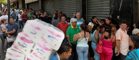 """Tempos de crise. Fila em supermercado em Caracas: decisão do TSJ foi vista como """"violação constitucional"""" pela oposição, que quer acelerar saída de Maduro Foto: FEDERICO PARRA/AFP"""
