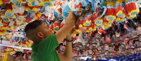 Indústria do chocolate reduz tamanho do ovo de Páscoa diante da crise Foto: Edilson Dantas / Agência O Globo