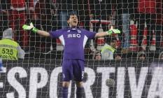 O goleiro Casillas gesticula na vitória do Porto sobre o Benfica Foto: Armando Franca / AP