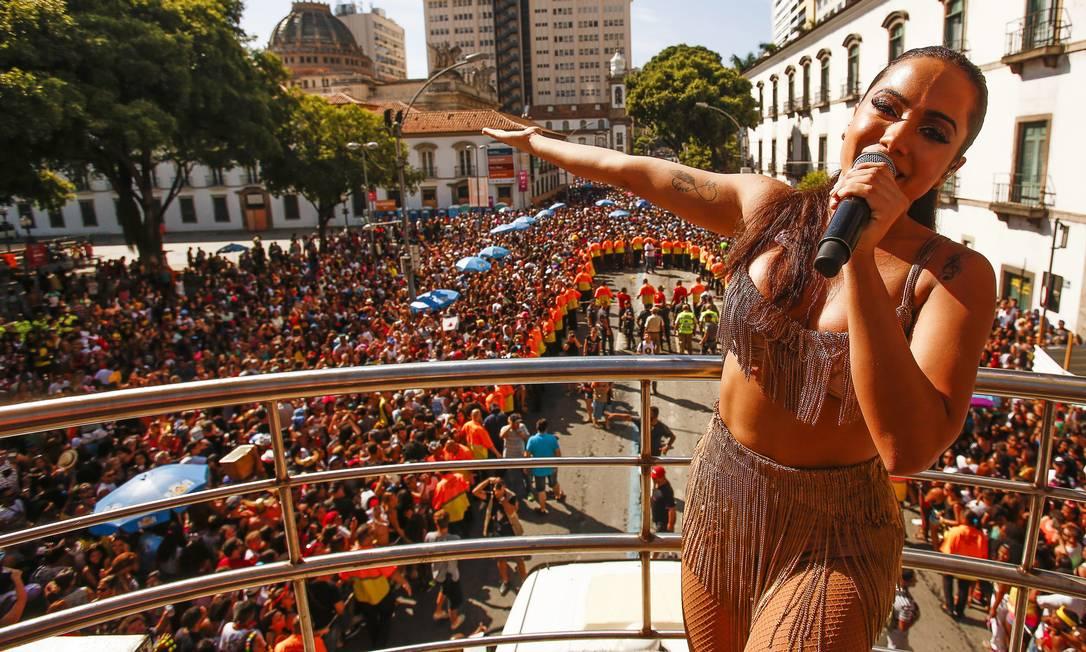Anitta arrasta multidão nas ruas da cidade Guilherme Leporace / Agência O Globo