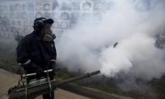 Profissional de saúde faz formigamento em cemitério no Peru contra mosquito transmissor do zika Foto: MARIANA BAZO/Reuters